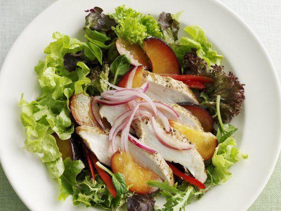Rezept: Grüner Salat mit Pflaumen und Hähnchenbrust