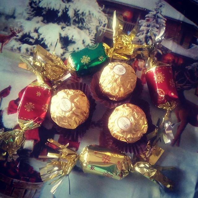 Oups, craquage, j'ai pas pu attendre Noël 😀. . . #chocolat #chocolatsdenoel #ferero #fererorocher #papillote #papillotes #noel #noël #noel2017 #december #decembre2017 #2017 #craquage #gourmande #gourmandise #pechemignon #pèrenoël #miam