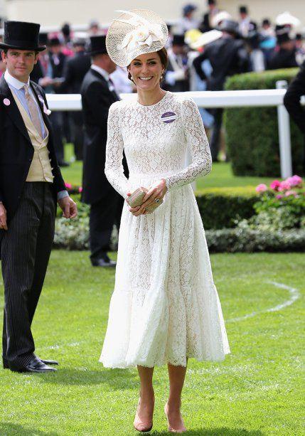 <strong>15 de junho de 2016</strong> – Elegância define este look desfilado pela mãe de George e Charlotte durante o festival Royal Ascot. O vestido mídi de renda da <strong>Dolce&Gabbana</strong> é a cara do verão londrino.