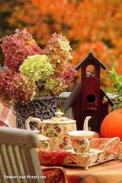 Осень — это кофе с корицей, кленовые листья, разноцветные, как часть детского рисунка, тёплые, нежные плюшки с ванилью и тонкий запах дыма....
