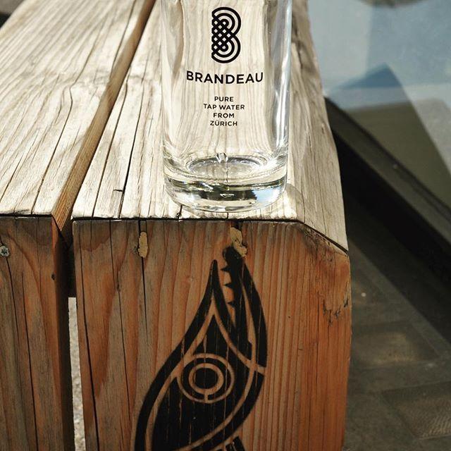 www.brandeau.ch I Auch der Züri-Hecht von Miles Koeder ist durstig.  •••  #brandeaubottles #wasser #water #wasserflasche #wassertrinken #flasche #karaffe #wasserkaraffe #glasflasche #schweizerwasser #tapbottle #tapwater #züriwasser #züri #zürich #zürcherwasser #zurich #zhwelt #visitzurich #visitzürich #foxxgalerie  #mileskoeder #hecht  #schablone #sprayart