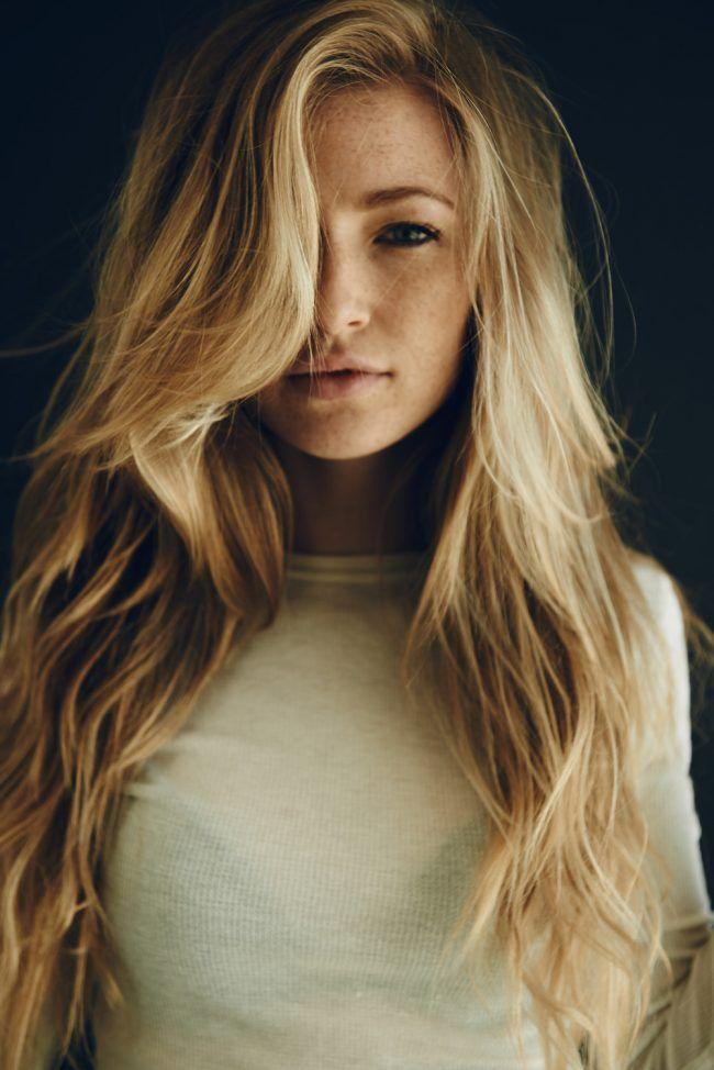 Длинная косая челка на длинных волосах