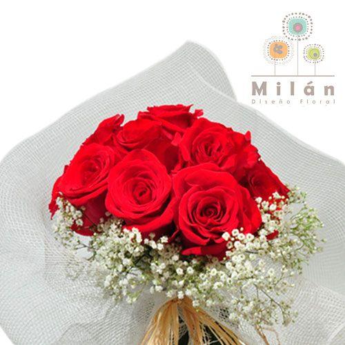 CORCEGA.    Clásico ramo redondo con 12 rosas ecuatorianas y gypsofilia, la malla es optativa.