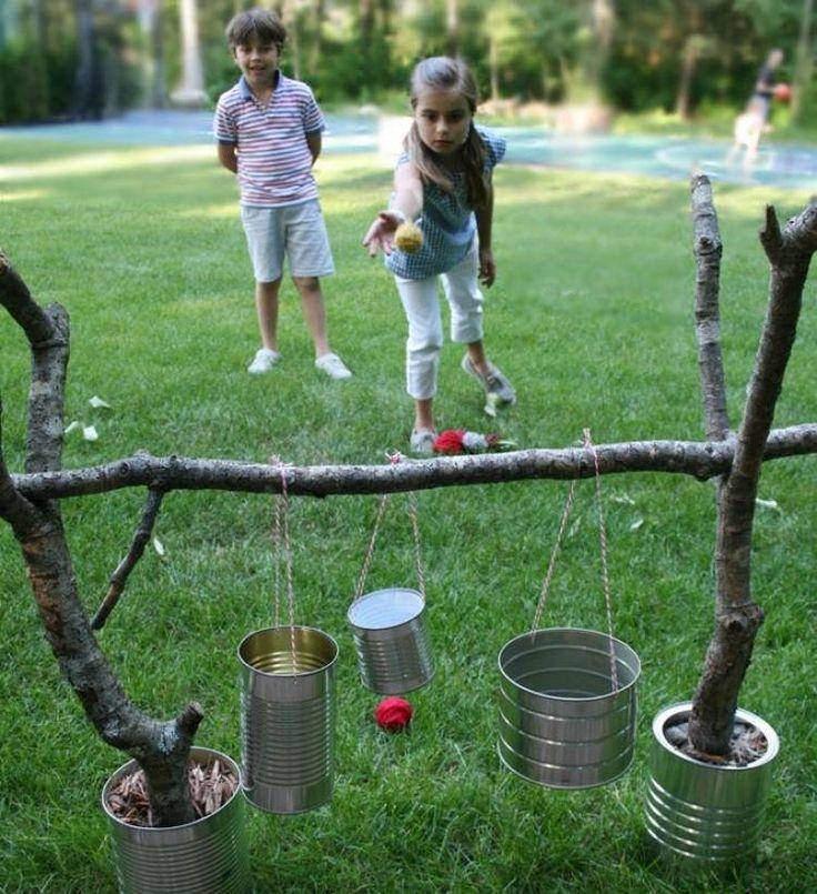 Spiel aus Ästen und Konservendosen im Garten bilden