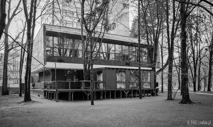 """Warszawa - Powiśle. Modernistyczny pawilon restauracyjno-barowy """"Syreni Śpiew"""" przy dawnym hotelu pracowniczym PZPR z lat 70. (skan z negatywu)  The modernist restaurant and bar pavilion """"The Siren Song"""" and the former Communist Party Staff Hotel from the 1970's in Powisle district of Warsaw, Poland (negative film scan)"""