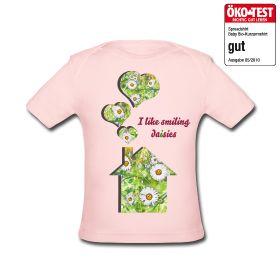 Wiese und lachende Gänseblümchen schmücken als Motiv Haus und Herzen. Erfrischende Lebenslust, die ein Lächeln zaubert. #Babymode #TShirt #Haus #Herzen #Gaensebluemchen #Fruehlingsmode #Wiese #hsalpha