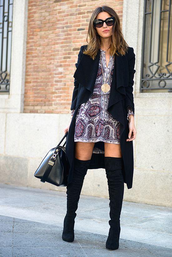 outfit, moda otoño, looks otoño, moda invierno, looks invierno, street style, street chic style, looks casuales - abrigo negro, mini vestido bohemio, mini vestido estampado, mini vestido rosa, botas altas negras, lentes de sol negros, gafas de sol negras, bolsa negra
