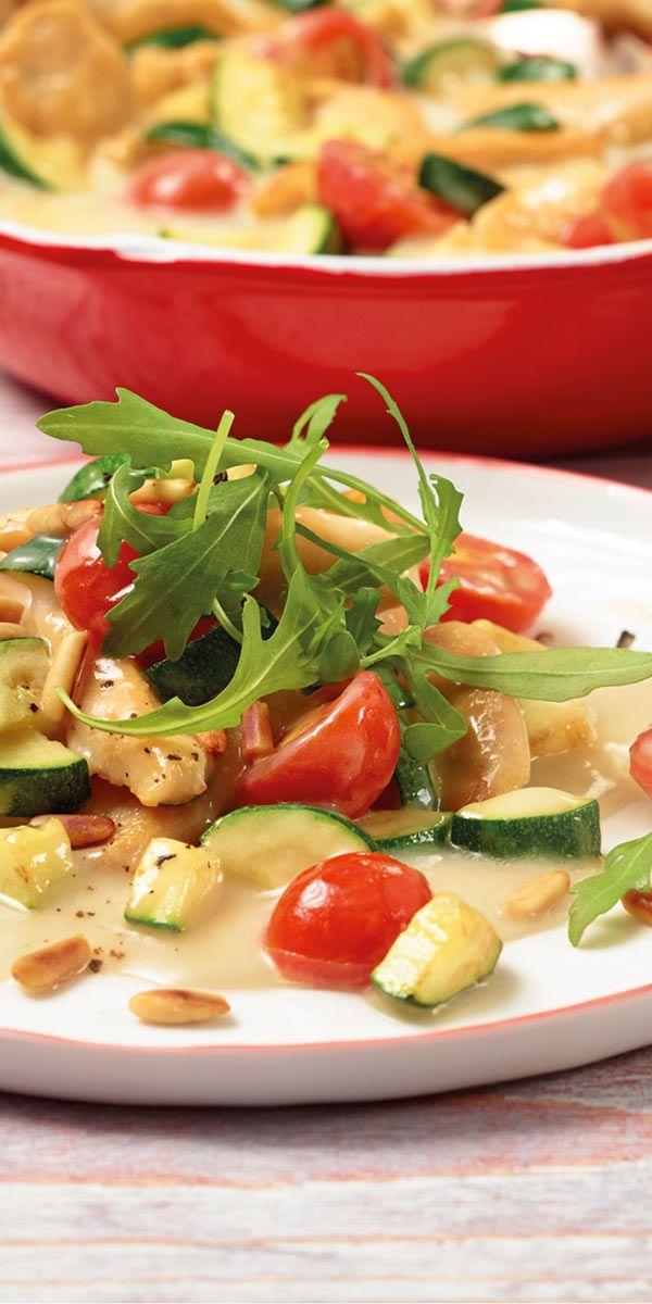 Sommerliche Hähnchen-Pfanne mit frischer Zucchini und Kirschtomaten - einfach lecker! Toll garniert mit Rucola und Pinienkernen.