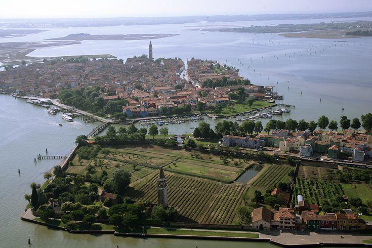 Venissa Wine Resort, referenza Vimar a Venezia. Veduta aerea, laguna-Isola di Mazzorbo e tenuta Scarpa Velo - Sfondo isola di Burano. Applicazione hotel - referenza http://www.vimar.com/it/it/venissa-wine-resort-venezia-12532172.html