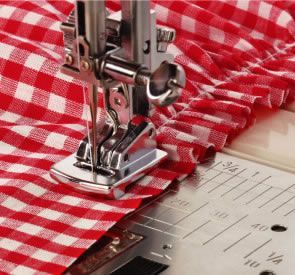Poniendo goma para canilla en el canillero y la puntada de la máquina bastante larga, conseguiremos rizar el tejido..