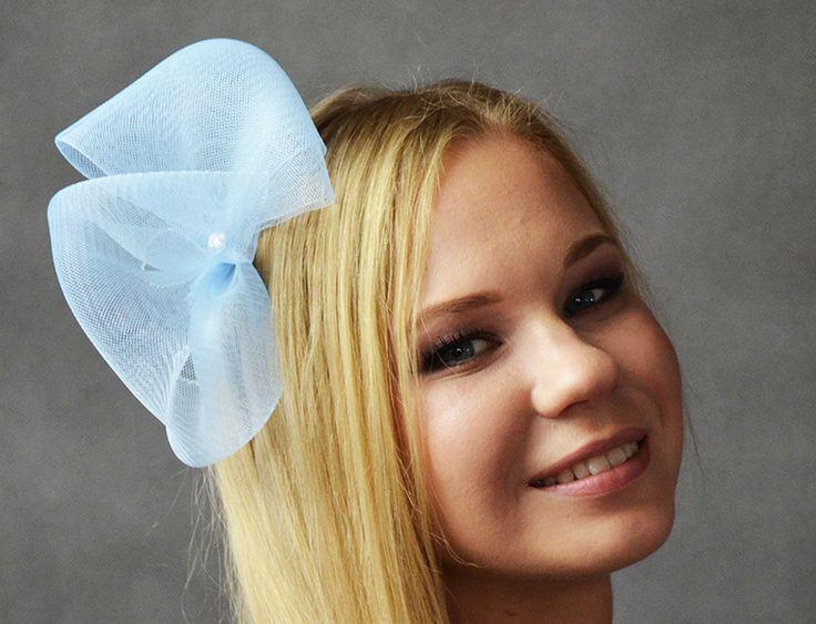 Śliczna, lekka, dziewczęca opaska ślubna w kolorze błękitnym.  Dostępna w Madame Allure.