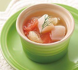 【ホタテとグレープフルーツのゼリー寄せ】少し贅沢にトマトからの透明なエキスだけ抽出しました。グレープフルーツとホタテでさわやかな味わいのゼリー寄せです。  http://lecreuset.jp/community/recipe/scallop-and-jelly-drawing-of-grapefruit/