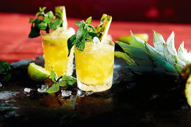 Sonne im Glas! Der Drink mit karamellisierter Ananas, Rum und Minze verkürzt den Winter fast so schön wie ein Trip in die Tropen