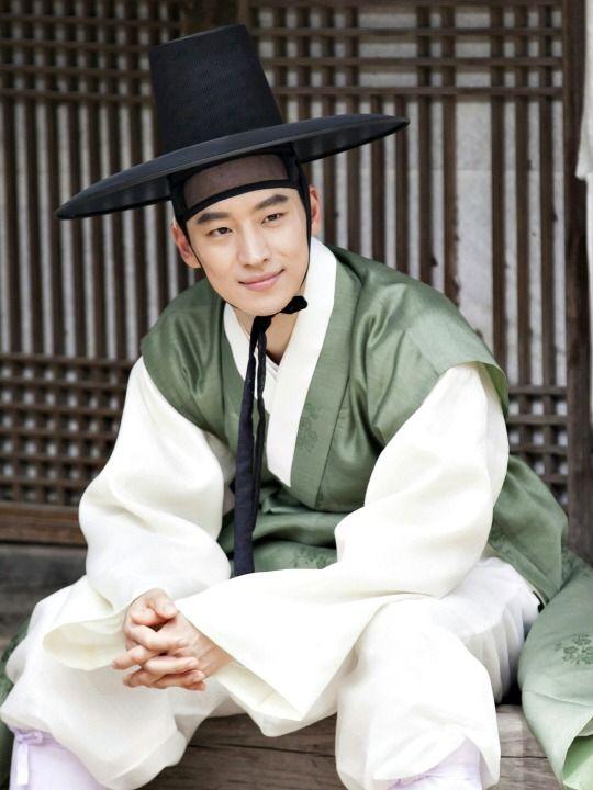 Lee Je-hoon's first day on set as Crown Prince Sado - stills from Secret Door