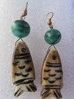 IL GIOIELLO PAZZO : Orecchini a forma di pesce con malachite e osso