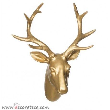 Preciosa cabeza de ciervo dorada, para decorar tus paredes con un toque nórdico chic. 41x33x18cm. Cabezas de animales decorativas oro - WWW.DECORATECA.COM