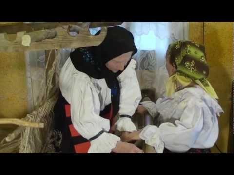 "Warping an old loom, part 2 of 2. (In Romanian). Cum se pune ""Tiară"" (război de țesut) - part 2 - YouTube"