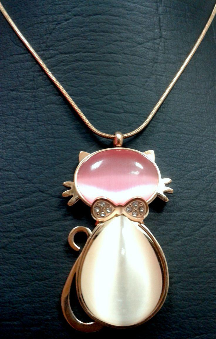 Dije y cadena en acero rosado ,,, forma de gato con corbatin ,,, !!!