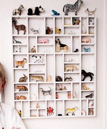 Una forma de decorar la habitación con los juguetes de la marca Papo que parecen casi reales. http://www.elpaisdelosjuguetes.es/marca/figuras-papo-de-juguete.html