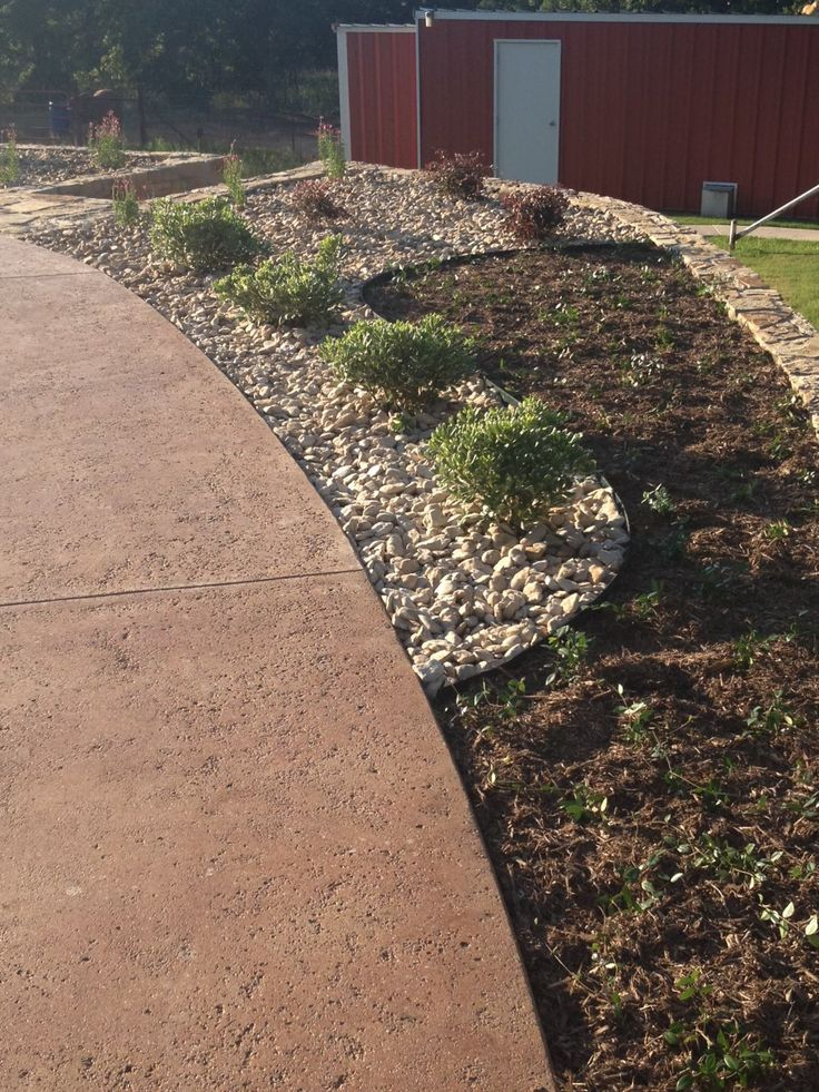 Flower bed design with river rock and mulch very few for Landscaping rocks austin