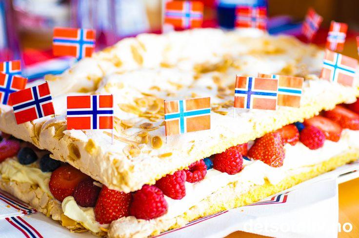 Til 17. mai er det en stadig økende trend å lage fantastiske kaker som er farget i rødt, hvitt og blått med konditorfarge. Det gir lekre kaker å se på, men personlig foretrekker jeg å spise kaker uten så mye konditorfarge. Du kan skape det samme fargeuttrykket med friske bær som gir deilig, naturlig smak og du slipper da kunstige fargestoffer. En enkel måte å lage Norges mest populære festkake om til en 17. mai kake er å fylle den med røde og blå bær og å pynte med norske flagg! Ja, så lett…