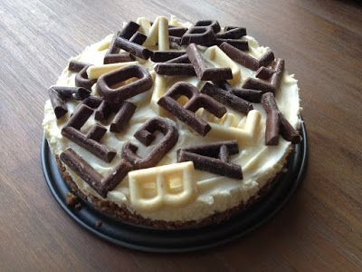 Recept voor een Sinterklaas chocoladetaart van witte chocolade en mascarpone gedecoreerd met mini chocoladeletters.
