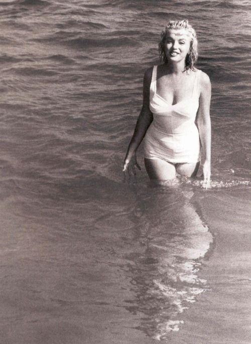 Marilyn Monroe all smiles swimming in the ocean at Hampton beach :) [1957]