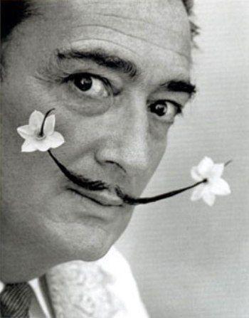 Dalí se convirtió en el más famoso representante del surrealismo en la pintura. Sin embargo, su estilo trascendía del óleo e impregnaba el ambiente a su paso. Un bigote con estiradas puntas, un traje de buzo de vez en cuando, un rolls royce rosado lleno de girasoles, la mirada penetrante y desorbitada, y actitudes inesperadas para cada acción de la vida completaban la estampa de artista que hasta para caminar desarrollaba su obra.