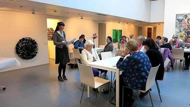 Koti- ja vanhuspalveluiden toiminnanohjaaja Susanna Sovio kertoo, että Riihimäellä on tarvetta erityisesti vapaaehtoisista mieskavereista esimerkiksi kuntosalille. Kuva: Anne Niskanen / Yle #Riihimäki