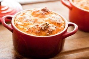Ingredientes 200g de cenoura cozida e espremida (purê) 4 ovos 1/2 receita de Molho bechamel Sal, pimenta e noz moscada a gosto 5 colheres (sopa) de queijo gouda holandês ou Gruyeré, ralado 5 colheres (sopa) de queijo Parmesão, ralado ParaSaiba Mais +