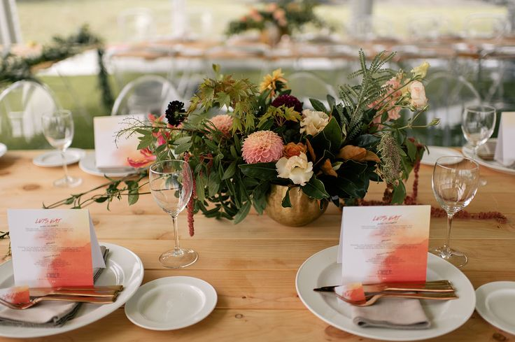 loving this natural looking tablescape with a light wood table and pops of citrus in the centerpiece