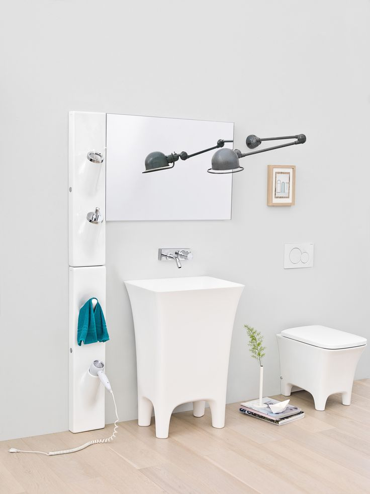 Sotto Sopra design Meneghello Paolelli Associati. Barra ceramica multifunzionale da cui escono in modo fluido gli accessori. Lavabo centrostanza e sanitari colleziuone Cow / Multi-functional ceramic bar from where accessories smoothly come out. Freestanding washbasin and sanitaryware Cow collection.  #bathroom #design #accessories #cow