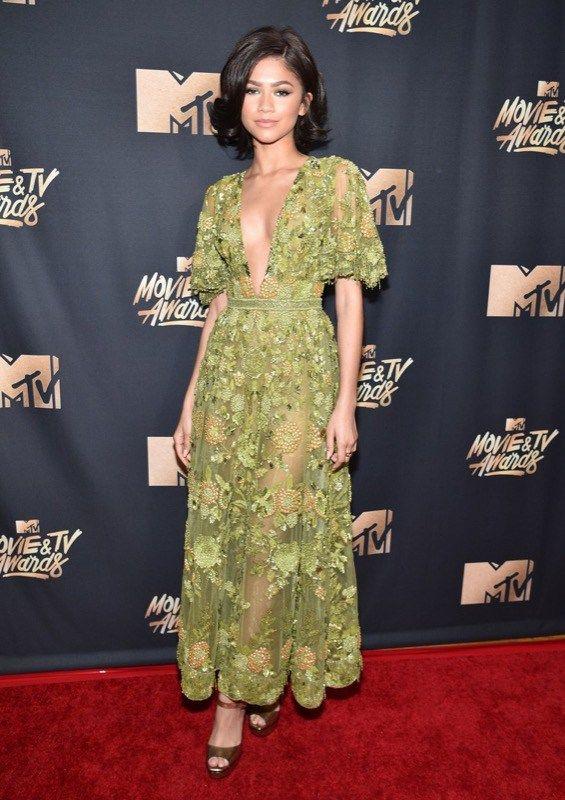 ClioMakeUp-MTV-Movie-Tv-Awards-prodotti-beauty-look-red-carpet-trucchi-star-il verde è un colore che ciclicamente i trend make-up dimenticano e poi recuperano. La verità è che alcuni verdi stanno benissimo, soprattutto sulle ragazze castane e dagli occhi scuri o nocciola.
