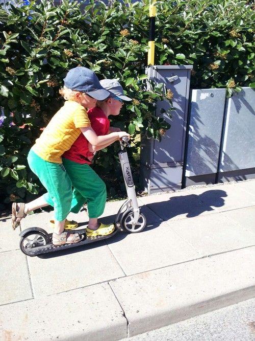 Dwójka dzieci na hulajnodze Xootr Mg http://www.aktywnysmyk.pl/167-hulajnogi-xootr