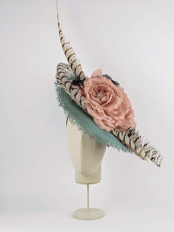 Pamela de parasisal con flores de seda y plumas de faisán