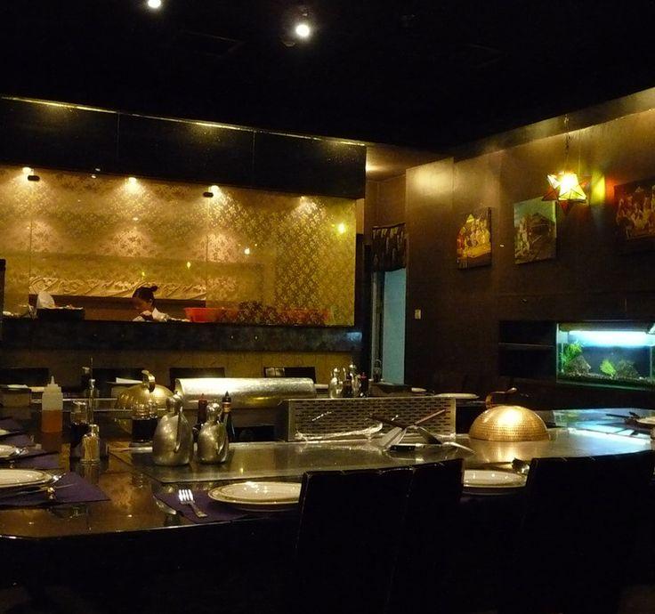 Рестораны в Шэньчжэне: Теппаньяки. Теппаньяки – это японский стиль приготовления еды, заключающийся в том, что вся еда готовится на огромной широкой, железной, раскалённой, плоской сковороде, встроенной в стол.  Кажется, что весь стол – это одна большая сковорода.