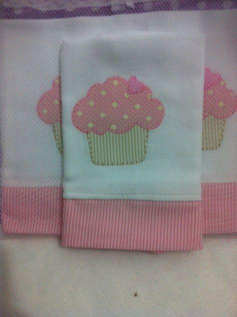Uma fralda grande Cremer (70cm por 70cm) mais um lenço de boca duplo com aplicação e barras em tecidos