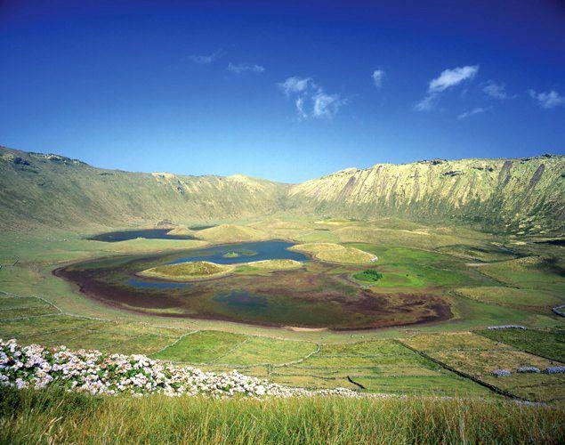 Lagoa do Caldeirão | Corvo | Açores >>> http://commons.wikimedia.org/wiki/File:A_Lagoa_do_Caldeirão_alojada_na_cratera_vulcânica,_ilha_do_Corvo,_Açores.JPG
