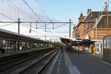 DELFT - Op 28 februari rijdt de eerste passagierstrein door de Spoortunnel. De Delftse Post neemt afscheid van het oude Station Delft. Heeft u mooie (of minder mooie) herinneringen? Stuur ze op!