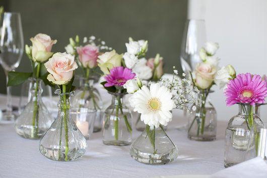 Dalebekken vaser med germini, roser, lisianthus mm