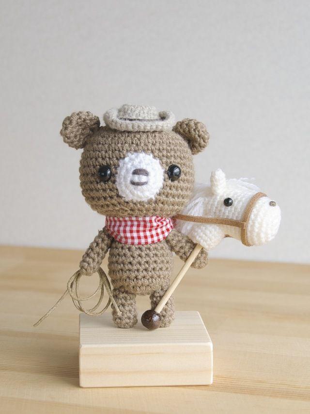 僕の夢はカウボーイになること!!な、くまちゃんの編みぐるみです。※装飾は、取り外し出来ません。※ワイヤー・棒を使用していますので、小さなお子様などにはご注意下さい。※ウッドプレートに接着固定してあります。高さ (人形 約11cm) + (プレート 約2c...