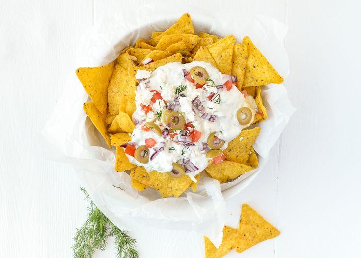 Een van mijn favoriete weekendsnacks is nacho's. Normaal gesproken maak ik de Mexicaanse versie, maar dit keer ging ik voor Griekse nacho's.