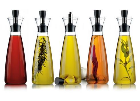 Tropffreie Karaffe für Essig und Öl von Eva Solo