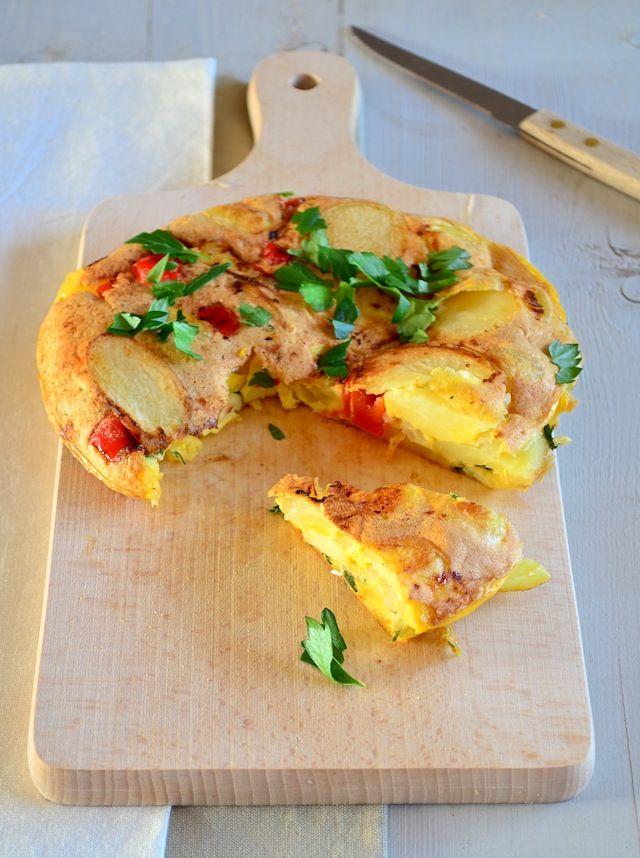 Lekker idee voor bij een tapas diner, maak deze spaanse tortilla met aardappel en serveer koud of warm.