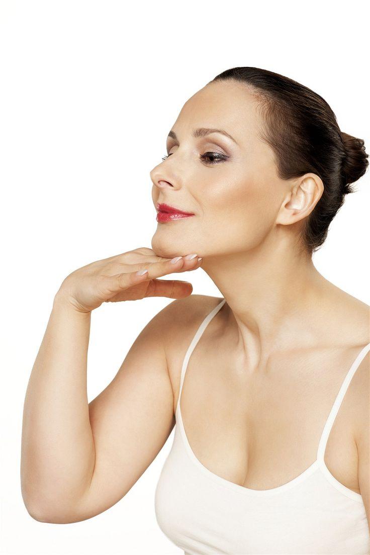 Vysuňte podbradek dopředu a hřbetem ruky masírujte krouživými pohyby krku zdola směrem k bradě.