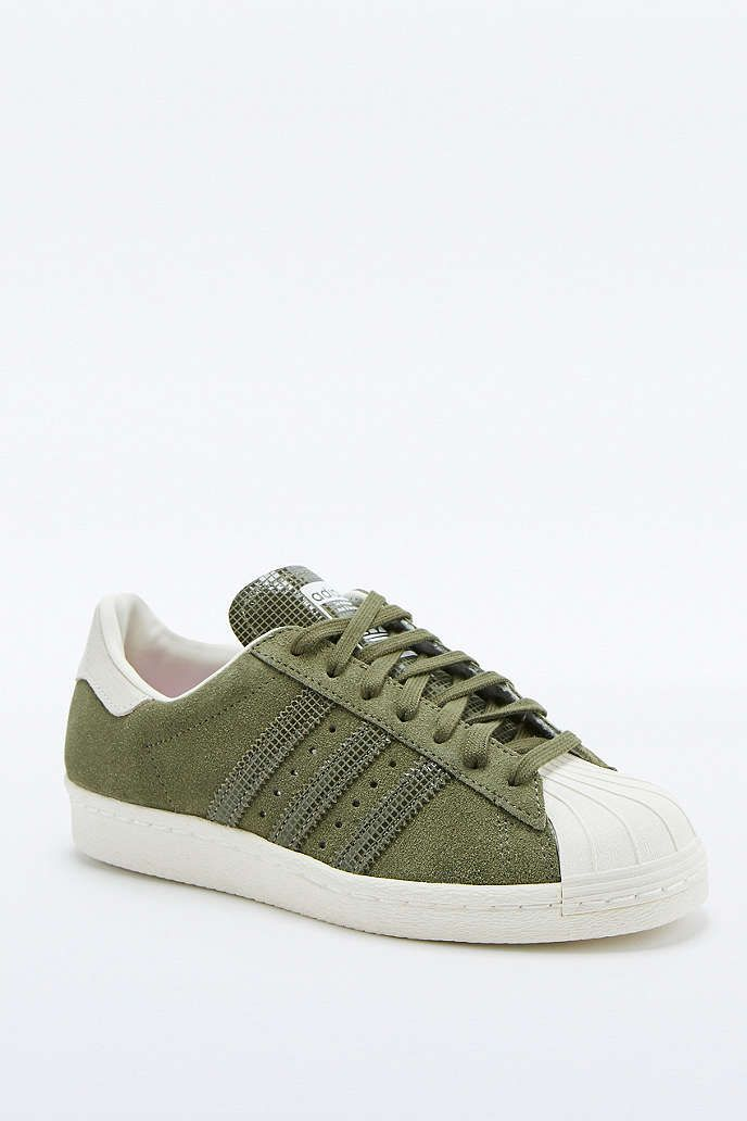 adidas Originals - Baskets Superstar en daim kaki - Urban Outfitters