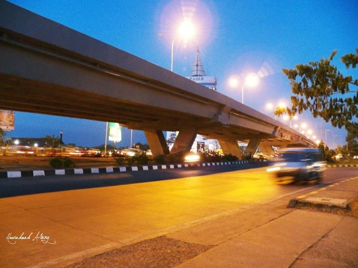 Jl. Urip Sumoharjo, Makassar    Menjelang maghrib di depan Gedung Keuangan Negara.