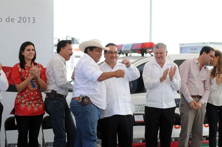 El gobernador Javier Duarte de Ochoa entregó las llaves de una ambulancia al alcalde de Hidalgotitlán, Santana Cruz Bahena, ante quien reiteró que Veracruz está comprometido con la gran transformación de México y el fortalecimiento del sistema de salud pública.