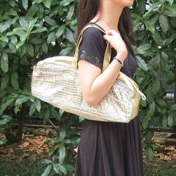 こちらもCMの衣装のはぎれでパッチワークされたバッグ。光沢のある生地がゴージャス。形も個性的です。服装によって、カジュアルにもエレガントにもなりますね。