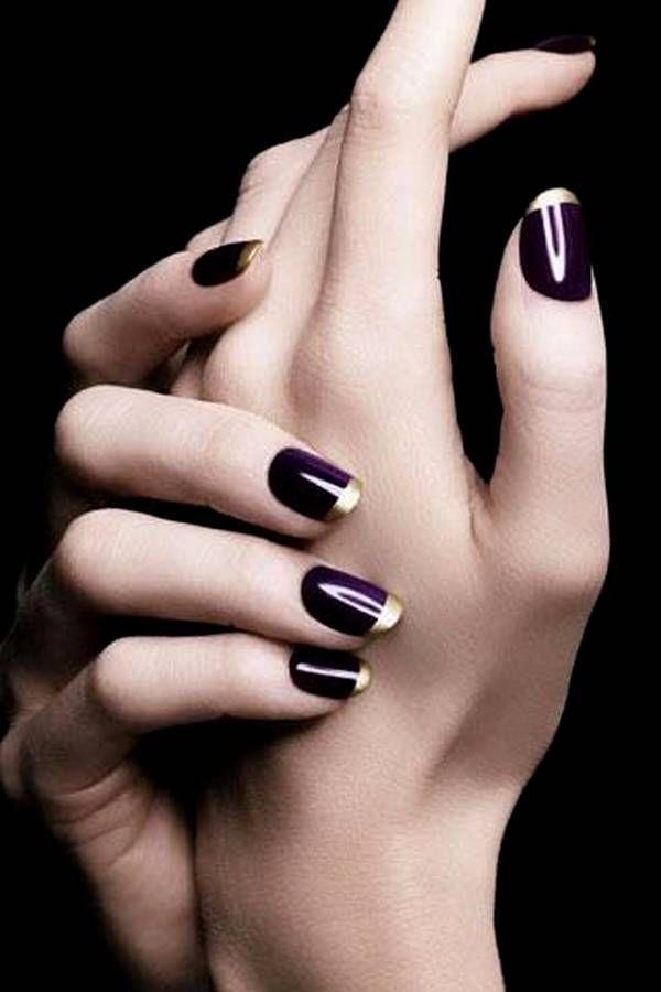 Mira lujosa con este conjunto manicura francesa. Las uñas están recubiertos de esmalte de color púrpura profundo como base y punta elegantemente con esmalte de color dorado. Es visualmente impresionante y una combinación de colores verdaderamente llamativo.